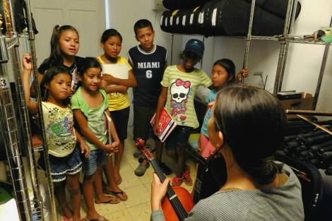 Arreglando instrumentos... con los niños de la Escuelita del Ritmo, Portobelo (Panamá)